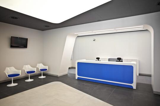 Widok na recepcję i nowoczesne krzesła w holu