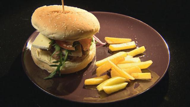 Domowy slow burger z chrupiącymi frytami