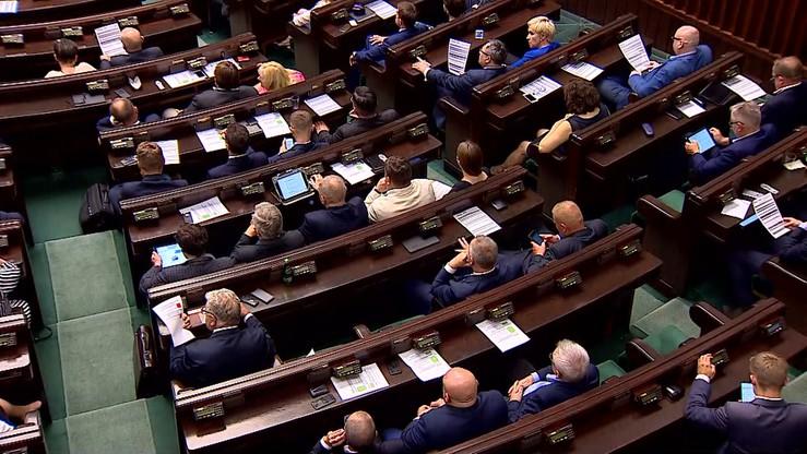Duża przewaga PiS, cztery partie w Sejmie. Najnowszy sondaż