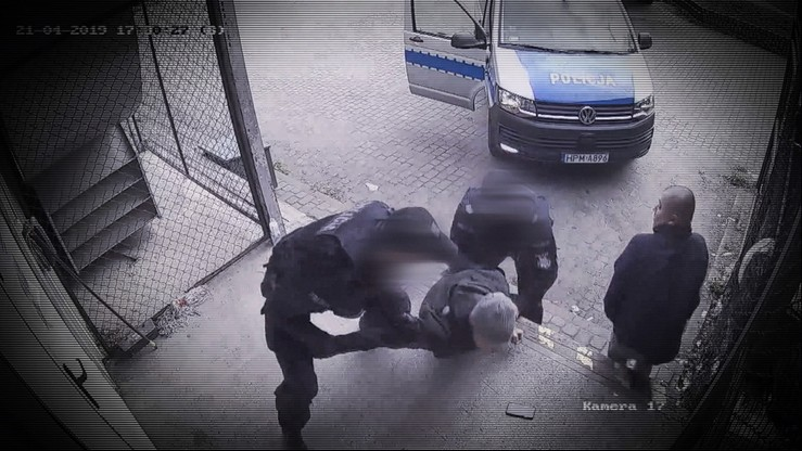 Powalili na ziemię, założyli kask dla niebezpiecznych przestępców. Bo nie miał dowodu