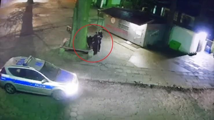 Kopnęli w krocze, podduszali i szarpali mężczyznę. Brutalna interwencja policji