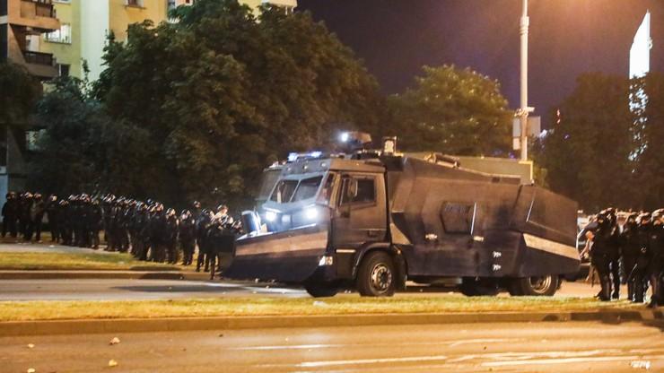 Kolejna noc protestów na Białorusi. Władze: jest pierwsza ofiara