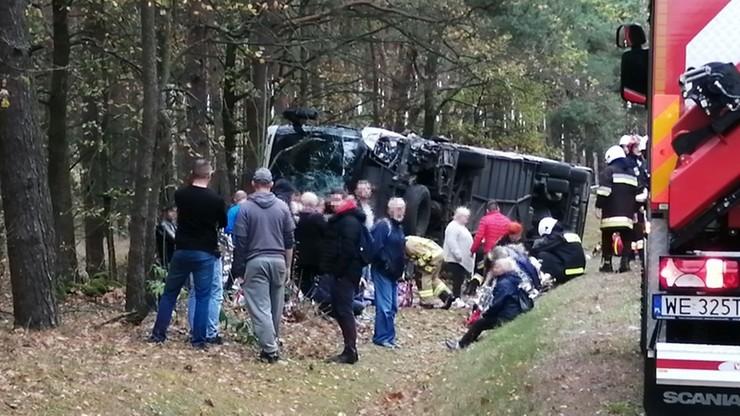 Zderzenie autobusu i audi pod Ostrołęką. Jedna osoba nie żyje, kilkunastu  poszkodowanych