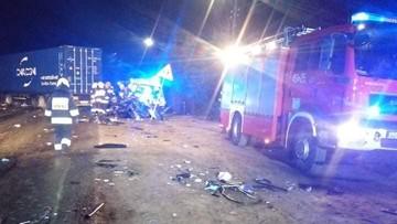 Zderzenie ciężarówki z autem osobowym. Zginęli trzej młodzi mężczyźni