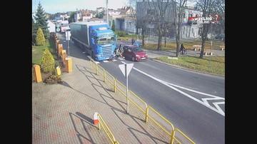 Kierowca ciężarówki nie zauważył rowerzystki. Ruszył prosto na nią [WIDEO]