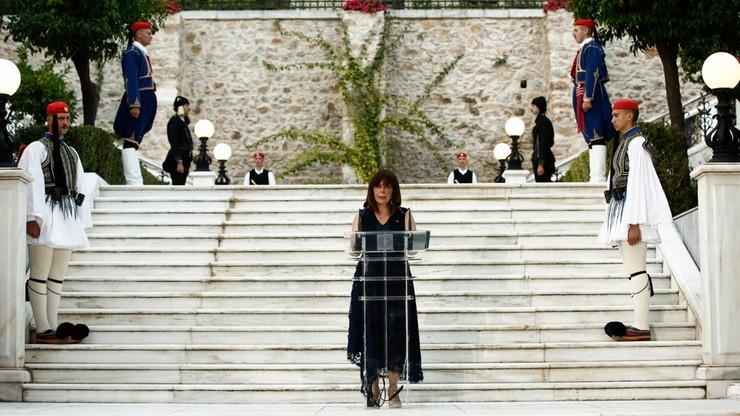 Pielęgniarki, lekarze, sprzątaczki na oficjalnych obchodach. Gest prezydent Grecji