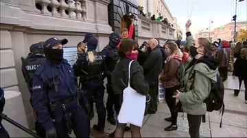 Protesty w kościołach po wyroku TK. Przepychanki w Warszawie
