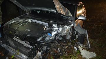 Uciekając kradzionym audi rozbił samochód na drzewie. Jest poszukiwany