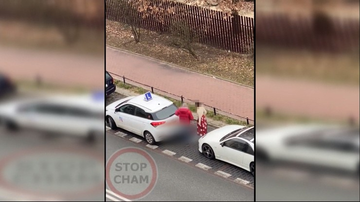 Auto do nauki jazdy uderzyło w zaparkowany samochód. Egzaminator uciekł [WIDEO]