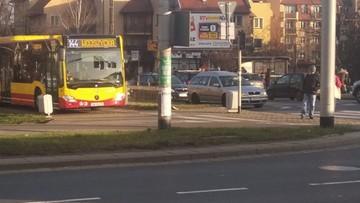 Miejski autobus wjechał na chodnik i ścieżkę rowerową - konsternacja we Wrocławiu