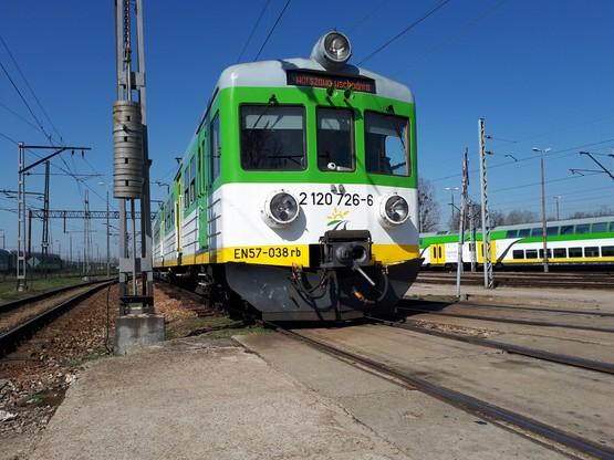 Gabriela Karaś kieruje pociągami różnego typu - od legendarnych EN57 (na zdjęciu), po najnowsze modele
