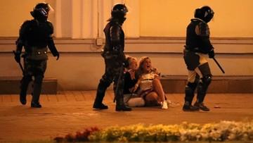 """""""Wyciągają ludzi z tłumu i biją"""". Wojsko z karabinami na białoruskich ulicach"""