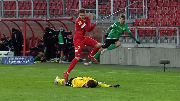 Chwile grozy w meczu Widzew - GKS! Bramkarz padł jak rażony prądem (WIDEO)