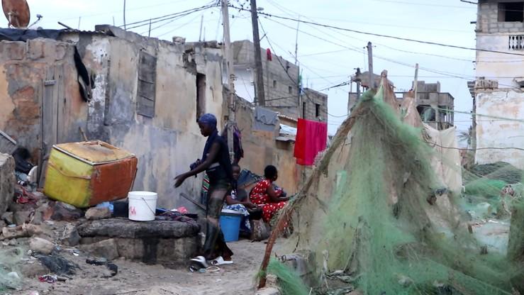 Przy zniszczonych przez erozję domach normalnie trwa życie