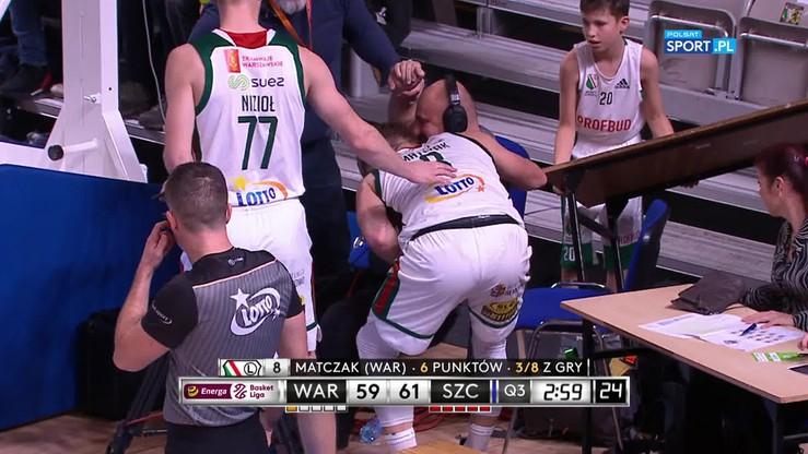 Koszykarz Legii staranował stolik prasowy i... operatora Polsatu Sport