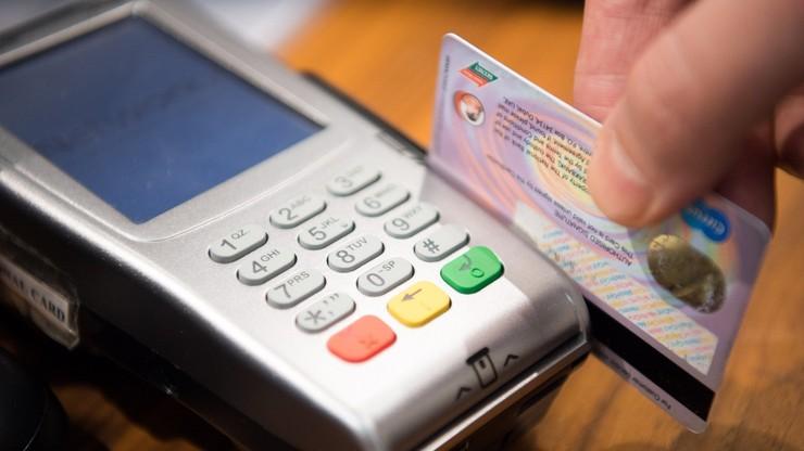 Znalazła kartę kredytową i poszła na zakupy. Wydała prawie 500 zł