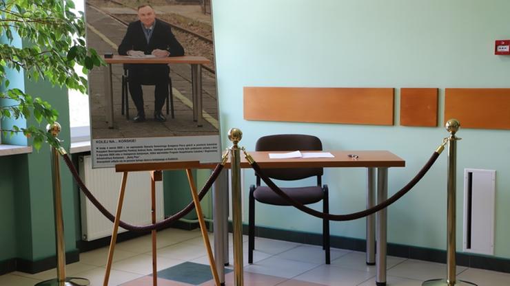 """Stolik z dworca w Końskich trafił na wystawę. Starostwo upamiętnia """"historyczne wydarzenie"""""""