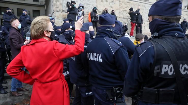 """Policja: """"Scheuring-Wielgus przekazała dane policjanta"""". Posłanka odpowiada i żąda przeprosin"""