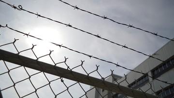 Usiłował zabić dwóch strażników więziennych. Wyrok: 28 lat