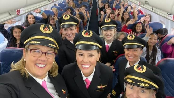 Samolot ze 120 dziewczętami na pokładzie przyleciał do NASA