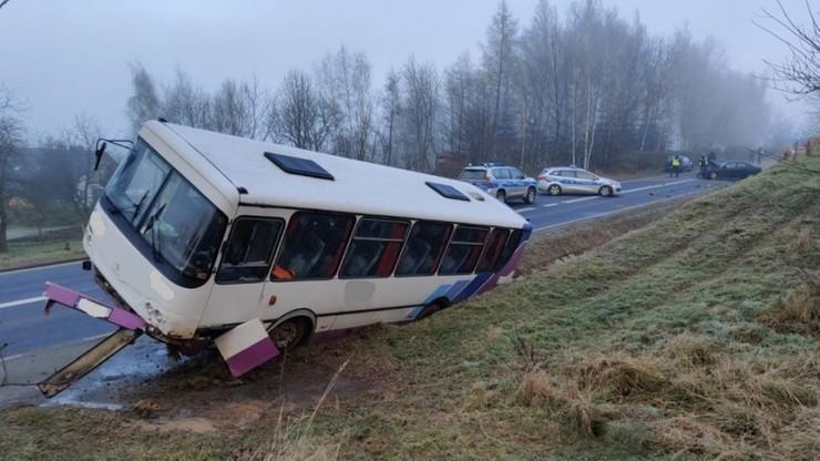 Autobus wpadł w poślizg i uderzył w dwa auta