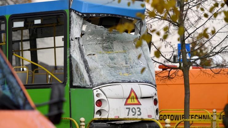 W stojący na przystanku tramwaj linii 5 uderzyła