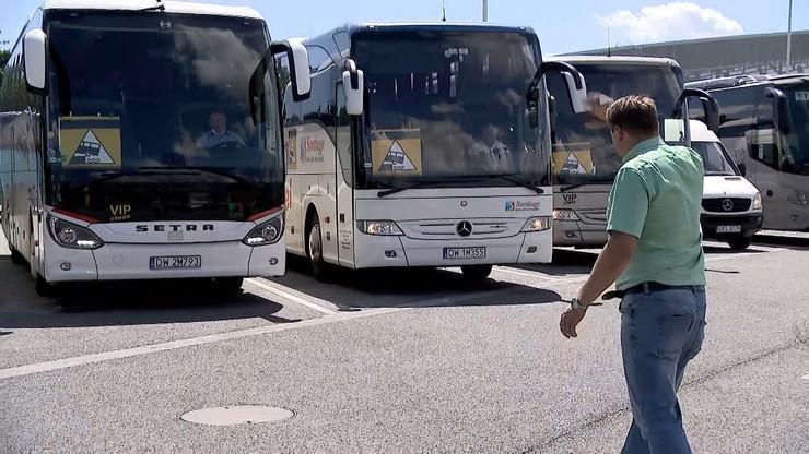 Protest przewoźników, autokary na ulicach miast. Jadą m.in. przed Sejm