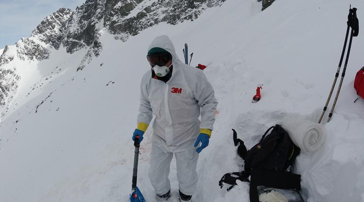 Zabezpieczeni przed koronawirusem zabrali zwłoki turysty spod szczytu w Tatrach Wysokich