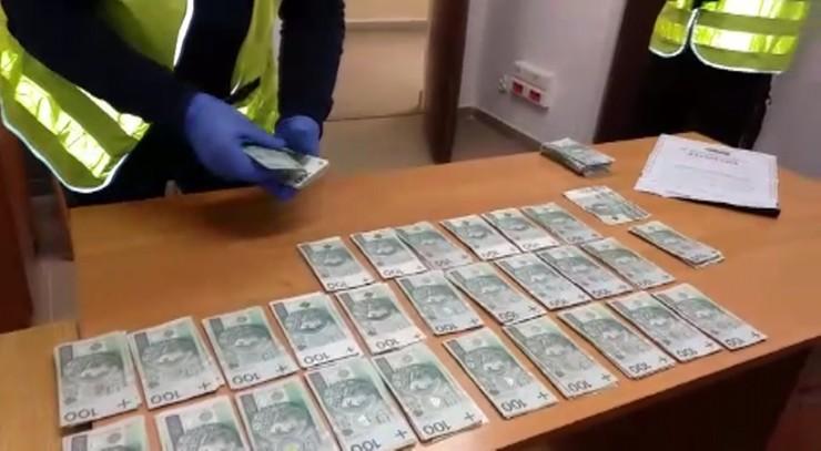 Udając policjantów wyłudzili co najmniej milion złotych