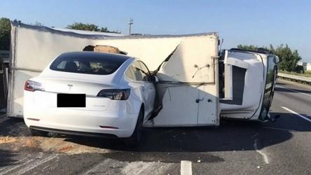 Tesla Model 3 na Autopilocie wjeżdża na autostradzie w ciężarówkę [FILM]