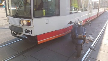 Wypadek w Łodzi. Kierujący skuterem nie przeżył zderzenia z tramwajem