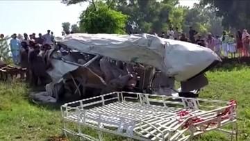 Pociąg zderzył się z busem. Zginęło 20 osób, co najmniej 8 jest rannych