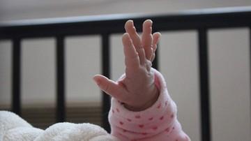 Matka wyrzuciła przez okno 11-miesięczne dziecko. Śledczy: ma ciężką depresję