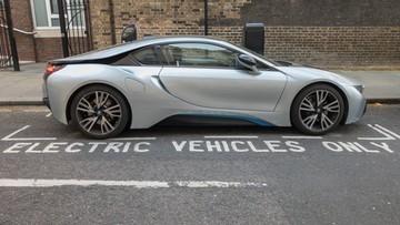 Koniec samochodów spalinowych i hybrydowych w Wielkiej Brytanii. Szybciej niż planowano