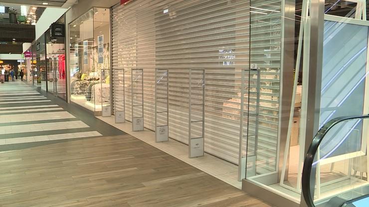 Wirus zaatakował sklepy. Polacy zmniejszyli zakupy o ponad 20 proc.
