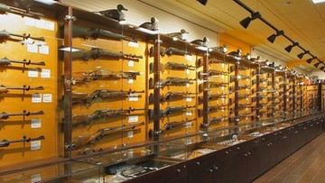 Amerykanie szturmują sklepy z bronią. W tle koronawirus