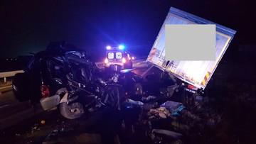 Zepsuta ciężarówka, brak pasa awaryjnego na autostradzie i nadjeżdżający jeep