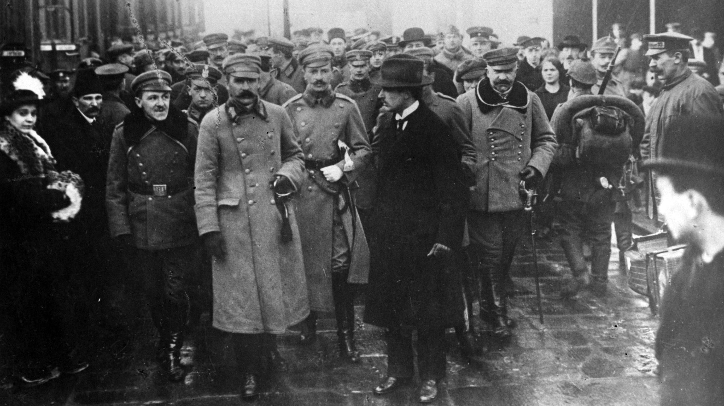 Józef Piłsudski na peronie w otoczeniu wojskowych w 1916 r.