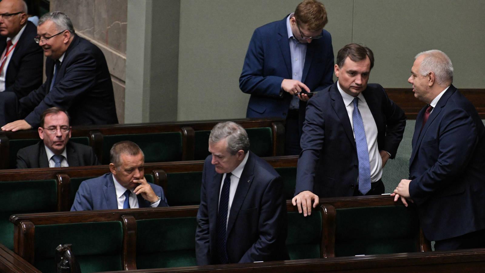 30.08.2019   Zbigniew Ziobro nie odpowiada na pytania o aferę. Jest wniosek o jego odwołanie