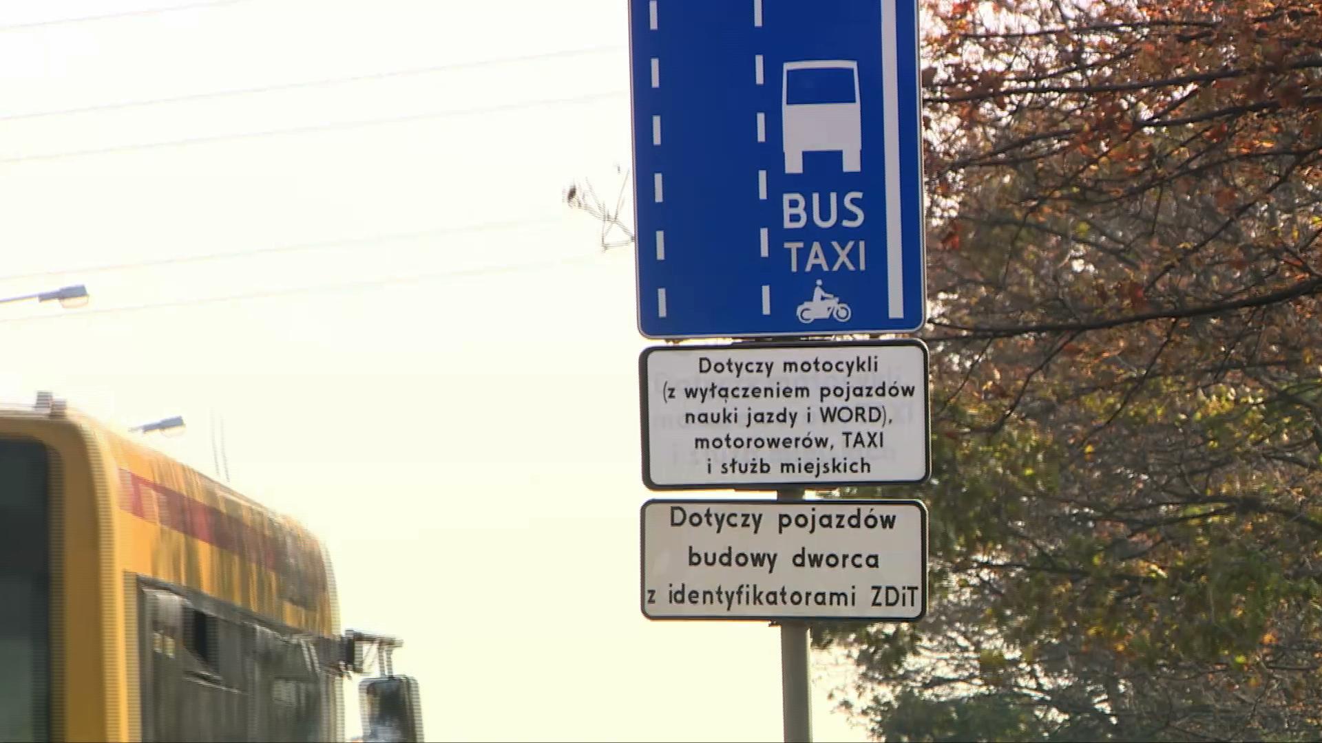 Samochodem elektrycznym po buspasie. Policja wyjaśnia, czy kierowcy grozi mandat