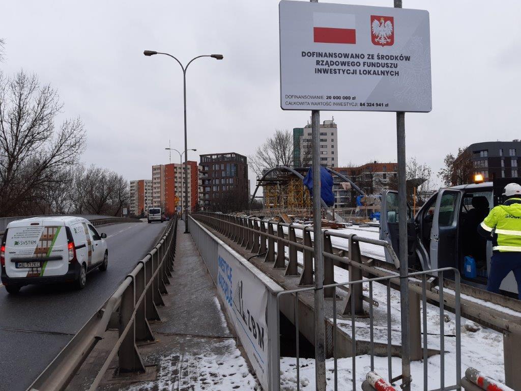 Jedna z tablic, które zostały zamontowane w Warszawie