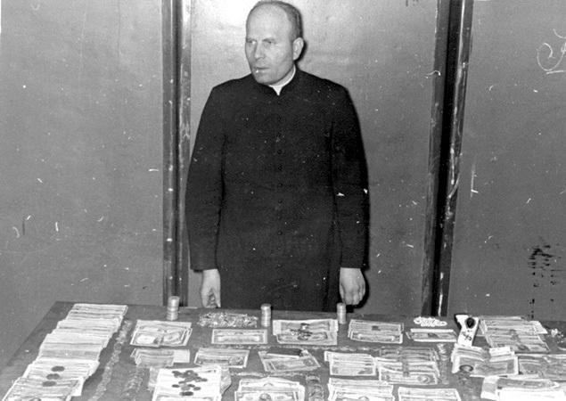 Ks. Bolesław Przybyszewski z dewizami skonfiskowanymi w czasie rewizji przed aresztowaniem