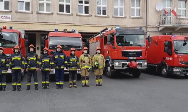 Strażacy przed JRG 6 na Bielanach